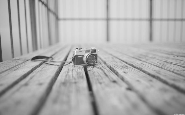Tiny-Camera-Black-and-white-Wallpaper-1920 × 1200