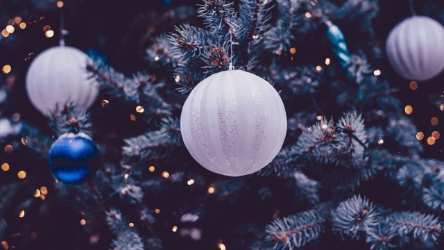 Ball-And-Lights-on-Tree-christmas-2020-Festive-2560×1440
